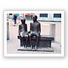 ベンチに掛ける2人の人物